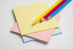 Het document van de nota en gekleurde potloden Stock Afbeelding