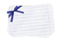 Het document van de nota met blauwe boog geïsoleerdek achtergrond Stock Afbeeldingen