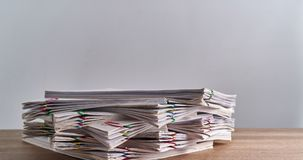 Het document van de stapeloverbelasting van rapport over de houten tijdspanne van de lijsttijd stock illustratie