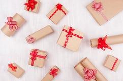 Het document van de vakantieambacht de giften met rood buigt op zachte witte houten raad als vierings willekeurig patroon royalty-vrije stock afbeelding