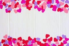 Het document van de valentijnskaartendag hart dubbele grens tegen wit hout Royalty-vrije Stock Afbeelding