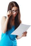 Het document van de vrouwenlezing Stock Foto's
