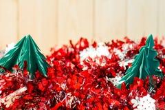 Het document van het Kerstmisconcept ambacht op houten vloer, Selectieve nadruk, Stock Afbeeldingen