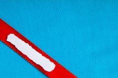 Het document van het stukschroot lege blauwe de doekachtergrond van het exemplaar ruimte rode lint Royalty-vrije Stock Fotografie