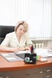 Het document van het van de bedrijfs middelbare leeftijd vrouwenteken Stock Fotografie