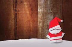 Het document van origamisanta claus de houten achtergrond van de ambachttribune Royalty-vrije Stock Afbeelding