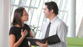 Het Document van zakenmanand businesswomen discussing stock videobeelden