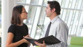 Het Document van zakenmanand businesswomen discussing stock video