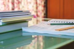 Het documentblad en de boeken van een privé-leraar op de lijst stock afbeeldingen