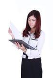 Het documentdossier van de bedrijfsvrouwenlezing dat op wit wordt geïsoleerd Stock Afbeeldingen