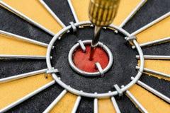 Het doel van het close-uppijltje met pijl op bullseye royalty-vrije stock afbeelding