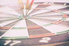 Het doelpijltje met doelpijlen en dartboard is het doel en Stock Afbeeldingen
