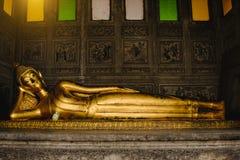 Het doen leunen van het gouden standbeeld van Boedha in kerk Stock Fotografie