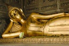 Het doen leunen van het gouden standbeeld van Boedha in kerk Stock Afbeelding