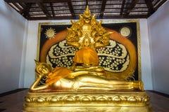Het doen leunen van het standbeeld van Boedha in een tempel Stock Afbeelding