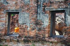 Het doen leunen van het standbeeld van Boedha van Wat Puttaisawan in Ayutthaya, Thailand Stock Afbeelding