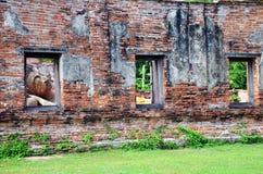 Het doen leunen van het standbeeld van Boedha van Wat Puttaisawan in Ayutthaya, Thailand Stock Foto