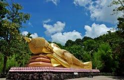 Het doen leunen van het Standbeeld van Boedha in Wat Chak Yai, Chanthaburi, Thailand Stock Afbeeldingen