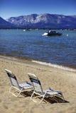 Het doen leunen van stoelen op de kust van Meer Tahoe royalty-vrije stock afbeeldingen