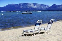 Het doen leunen van stoelen op de kust van Meer Tahoe royalty-vrije stock fotografie