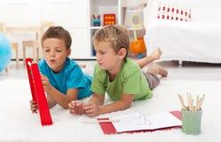 Het doen math oefent thuis uit Stock Foto