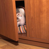 Het doen schrikken kind verbergen Stock Foto's
