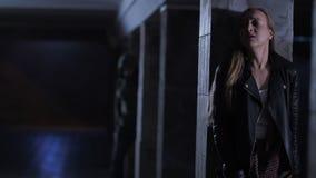 Het doen schrikken vrouw verbergen in donkere tunnel van aanvaller stock videobeelden