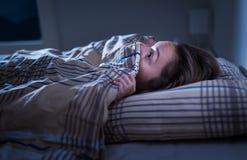 Het doen schrikken vrouw verbergen onder deken Bang van Dark Onbekwaam aan slaap na nachtmerrie of slechte droom stock afbeelding