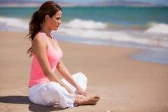 Het doen van één of andere meditatie bij het strand Royalty-vrije Stock Foto
