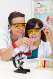 Het doen van een chemieexperiment op school Stock Afbeelding
