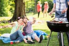 Het doen van grill in het park royalty-vrije stock fotografie