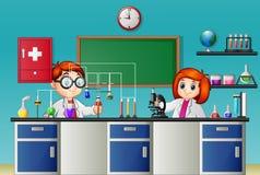 Het doen van kinderen experiment in het laboratorium stock illustratie