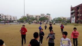 Het doen van kinderen oefening in openbaar park Rohtak Hariyana in India stock videobeelden