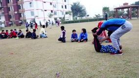 Het doen van kinderen oefening in openbaar park Rohtak Hariyana in India stock footage