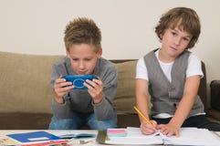 Het doen van thuiswerk terwijl gokken stock afbeeldingen