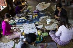Het doen van Typische Myanmar Paraplu's Royalty-vrije Stock Foto's