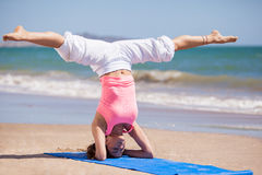 Het doen van wat yoga bij het strand Royalty-vrije Stock Afbeeldingen