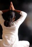 Het doen van yoga Stock Foto