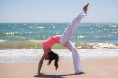 Het doen van yoga op een zonnige dag Stock Afbeeldingen