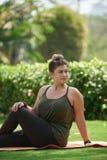 Het doen van yoga in park royalty-vrije stock afbeeldingen