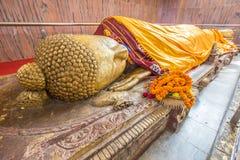 Het doende leunen gouden standbeeld van Boedha Royalty-vrije Stock Afbeeldingen