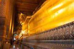 Het doende leunen gouden standbeeld van Boedha, Wat Pho, Bangkok Stock Fotografie