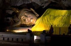 Het doende leunen standbeeld van Boedha. Royalty-vrije Stock Foto