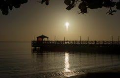 Het dok in de oceaan tijdens de zonsopgang Royalty-vrije Stock Foto