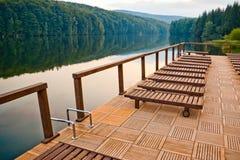 Het dok en de stoelen van het meer royalty-vrije stock afbeeldingen