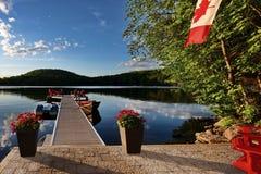 Het dok van de plattelandshuisjeoever van het meer Royalty-vrije Stock Afbeeldingen