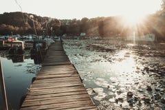 Het dok van de rivierboot op de zonsondergangachtergrond Stock Foto's