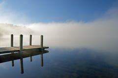 Het Dok van het Whitfordmeer in Mist stock afbeeldingen
