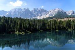 Het Dolomiet Italië van de meerliefkozing Meer van Caresse in Italië Toneelplaats en beroemde toeristische bestemming Ongerepte a royalty-vrije stock foto