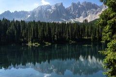 Het Dolomiet Italië van de meerliefkozing Meer van Caresse in Italië Toneelplaats en beroemde toeristische bestemming Ongerepte a stock foto